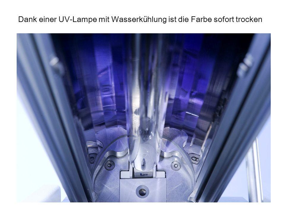 Dank einer UV-Lampe mit Wasserkühlung ist die Farbe sofort trocken