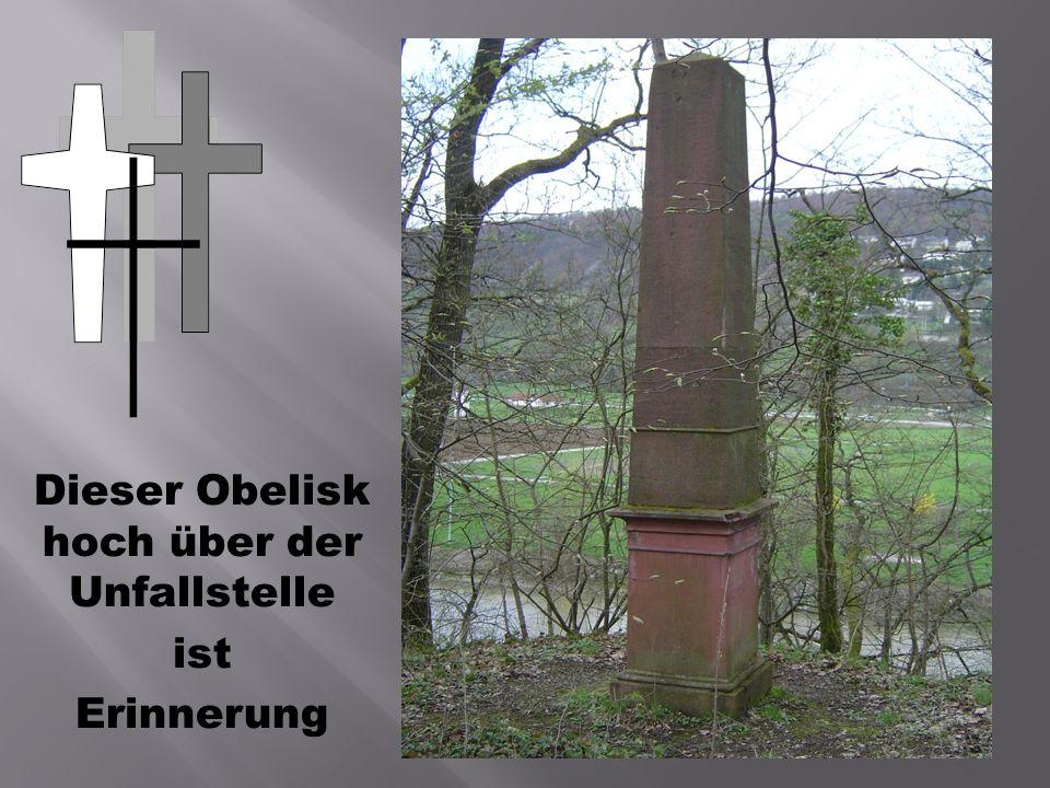 Dieser Obelisk hoch über der Unfallstelle ist Erinnerung