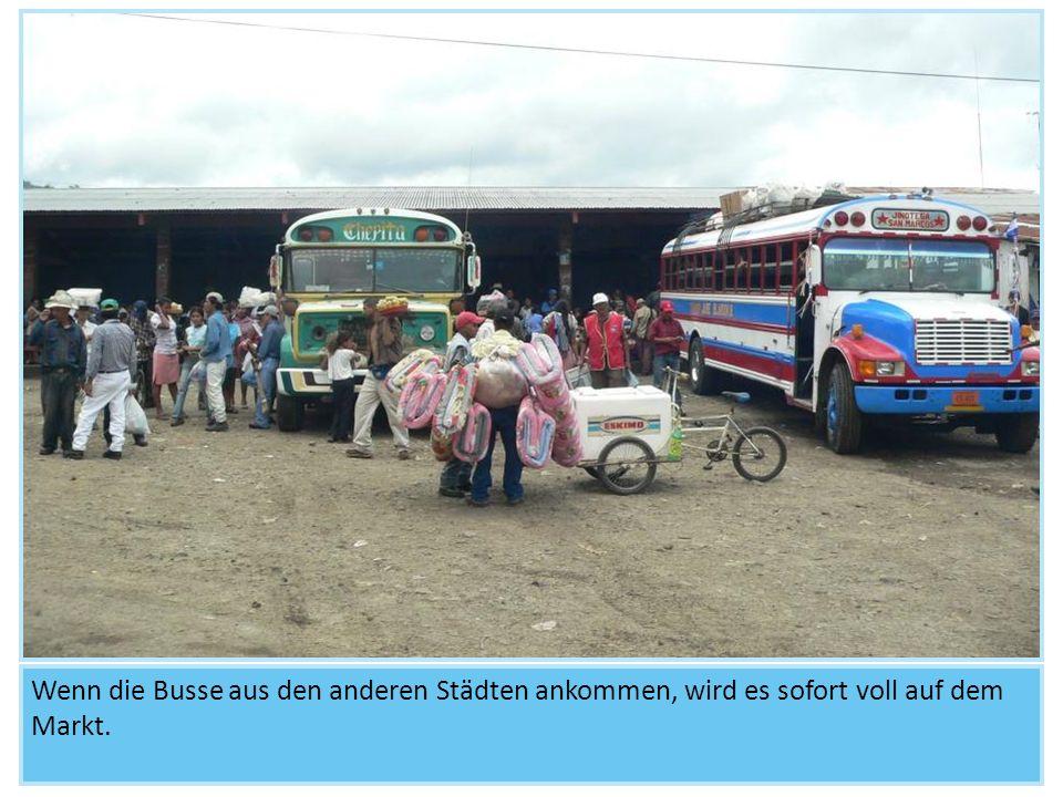 Wenn die Busse aus den anderen Städten ankommen, wird es sofort voll auf dem Markt.