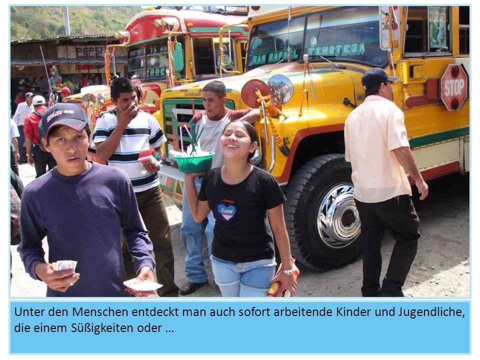 Unter den Menschen entdeckt man auch sofort arbeitende Kinder und Jugendliche, die einem Süßigkeiten oder …