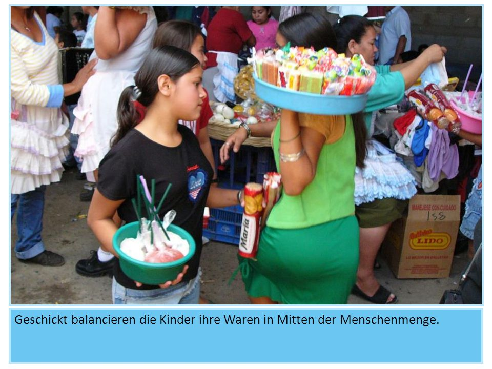 Geschickt balancieren die Kinder ihre Waren in Mitten der Menschenmenge.
