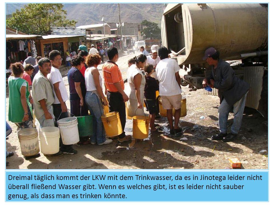 Dreimal täglich kommt der LKW mit dem Trinkwasser, da es in Jinotega leider nicht überall fließend Wasser gibt.