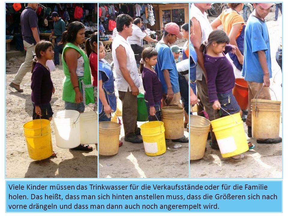 Viele Kinder müssen das Trinkwasser für die Verkaufsstände oder für die Familie holen.