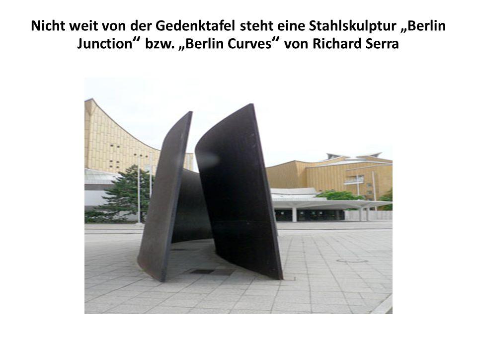 """Nicht weit von der Gedenktafel steht eine Stahlskulptur """"Berlin Junction bzw."""