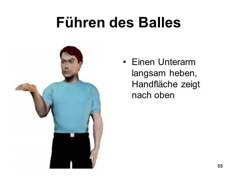 Führen des Balles Einen Unterarm langsam heben, Handfläche zeigt nach oben