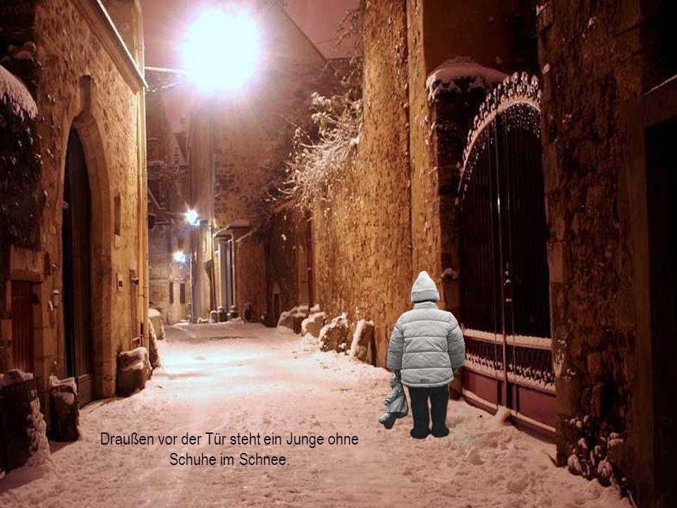 Draußen vor der Tür steht ein Junge ohne Schuhe im Schnee.