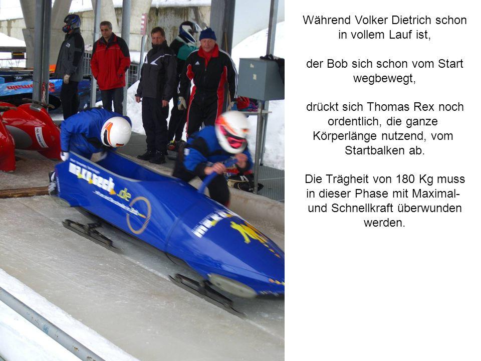 Während Volker Dietrich schon in vollem Lauf ist, der Bob sich schon vom Start wegbewegt, drückt sich Thomas Rex noch ordentlich, die ganze Körperlänge nutzend, vom Startbalken ab.