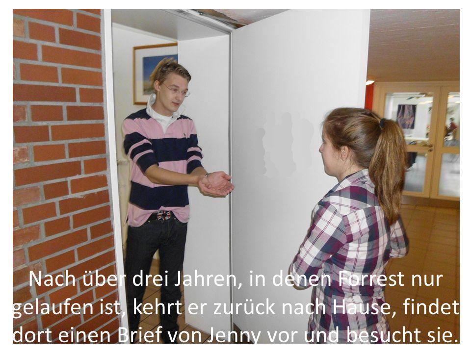 Nach über drei Jahren, in denen Forrest nur gelaufen ist, kehrt er zurück nach Hause, findet dort einen Brief von Jenny vor und besucht sie.
