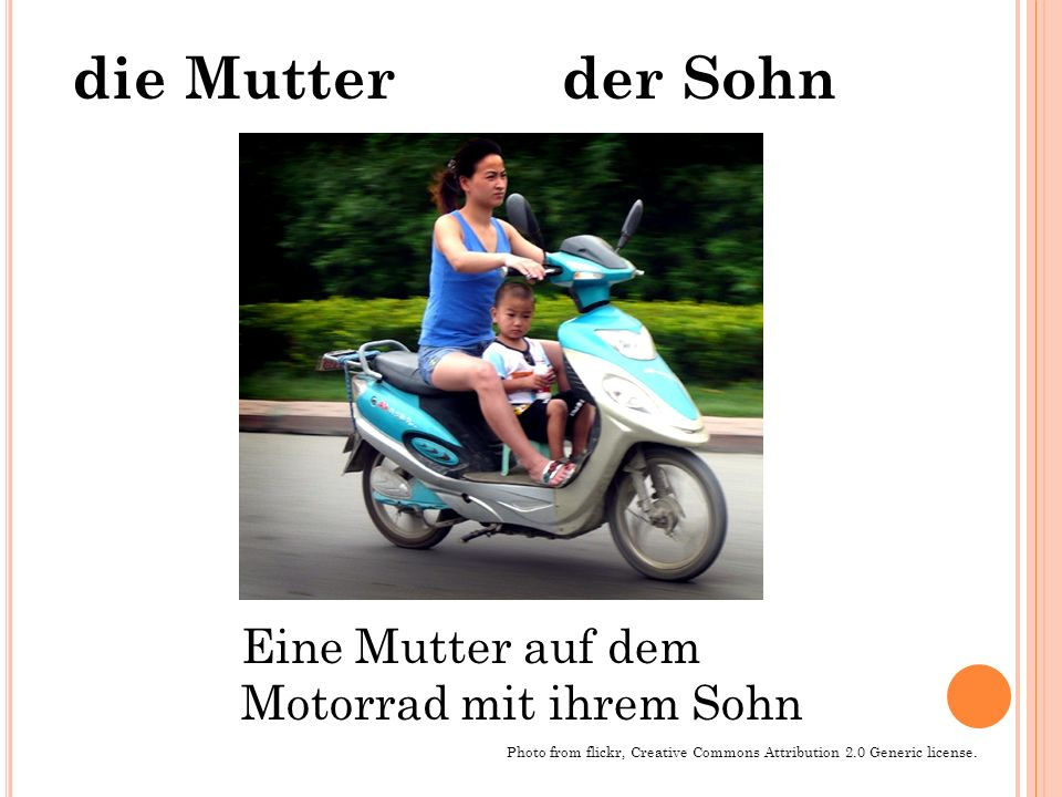 die Mutter der Sohn Eine Mutter auf dem Motorrad mit ihrem Sohn