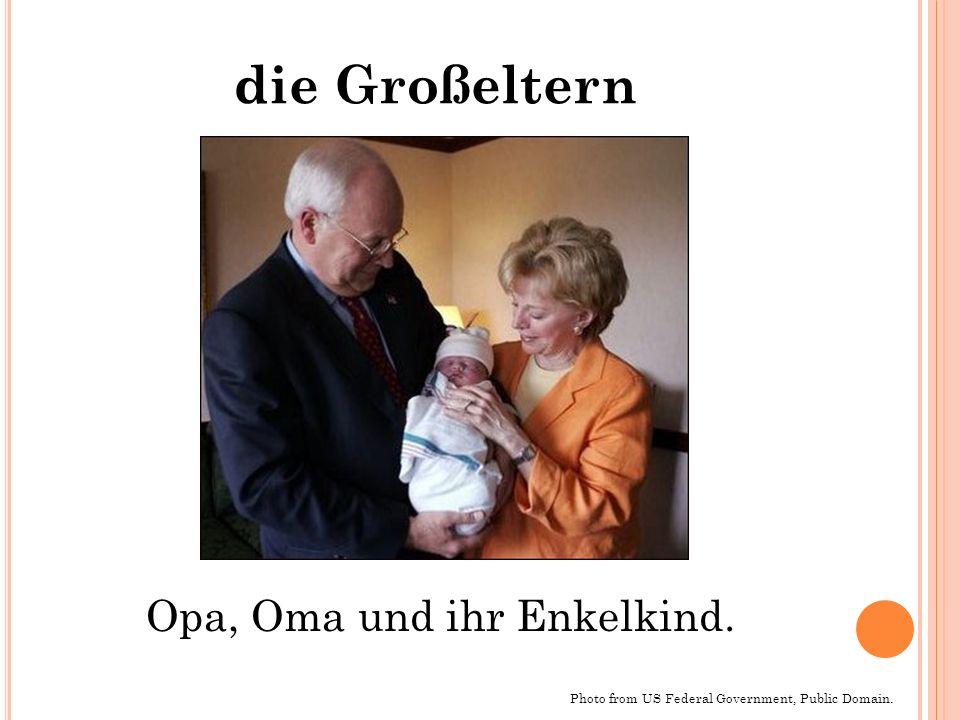die Großeltern Opa, Oma und ihr Enkelkind.