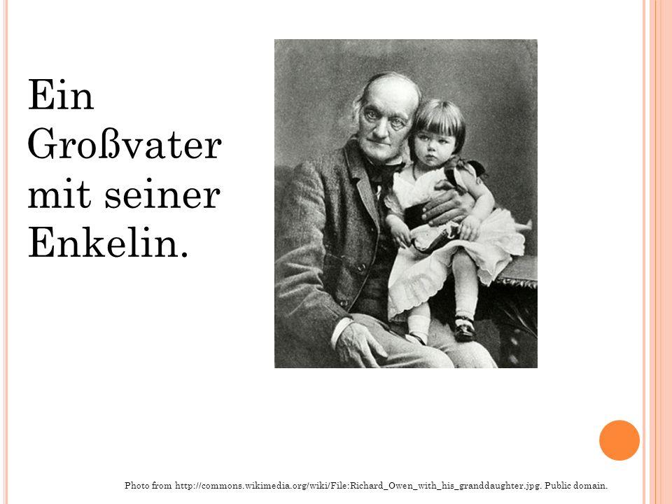 Ein Großvater mit seiner Enkelin.