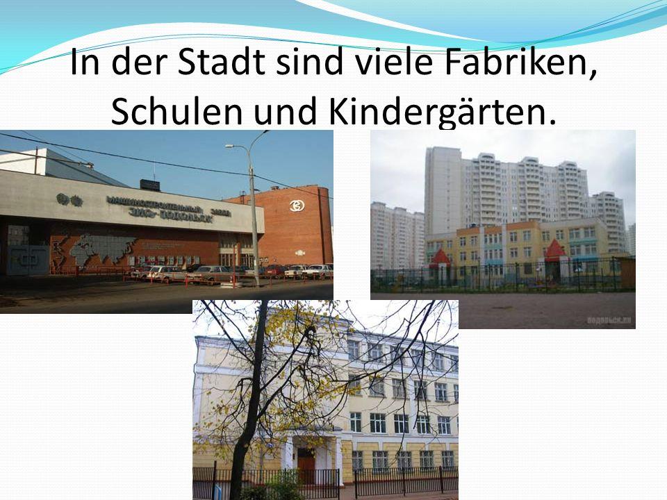 In der Stadt sind viele Fabriken, Schulen und Kindergärten.