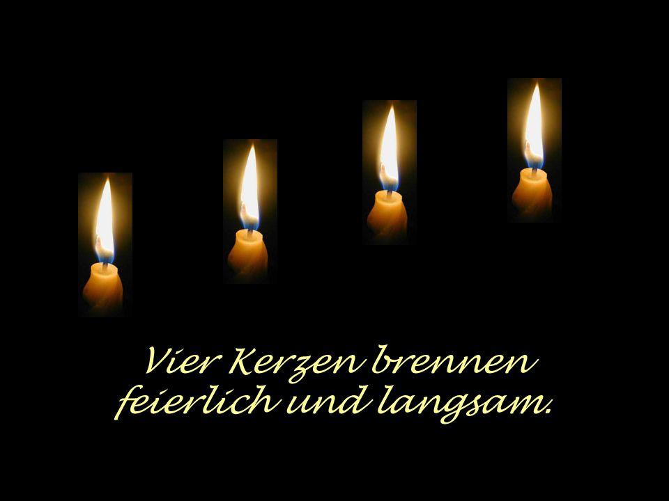 Vier Kerzen brennen feierlich und langsam.