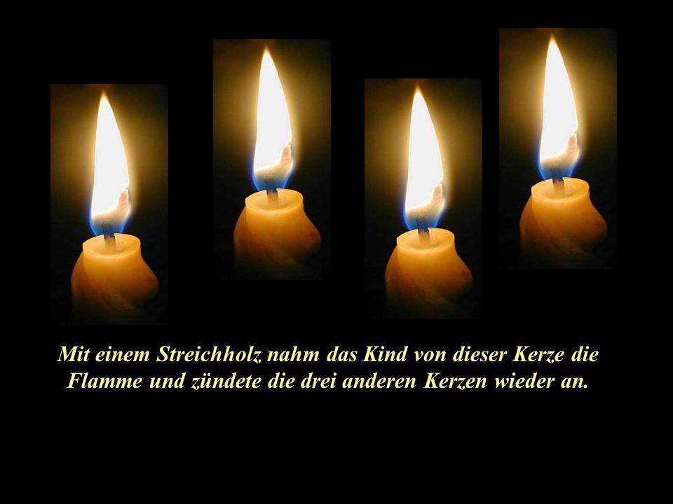 Mit einem Streichholz nahm das Kind von dieser Kerze die Flamme und zündete die drei anderen Kerzen wieder an.