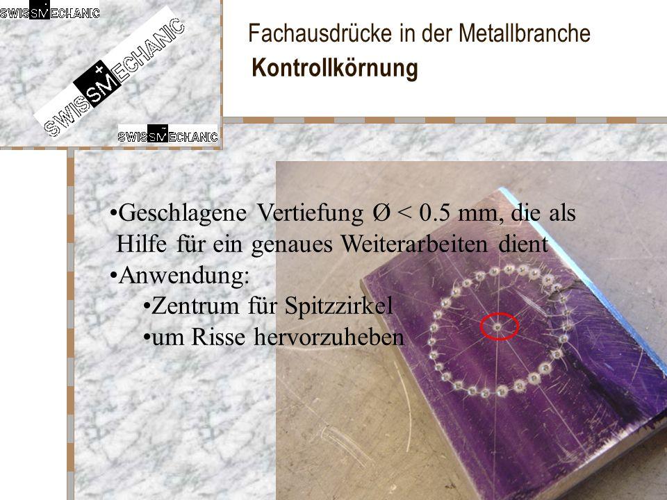 Kontrollkörnung Geschlagene Vertiefung Ø < 0.5 mm, die als Hilfe für ein genaues Weiterarbeiten dient.
