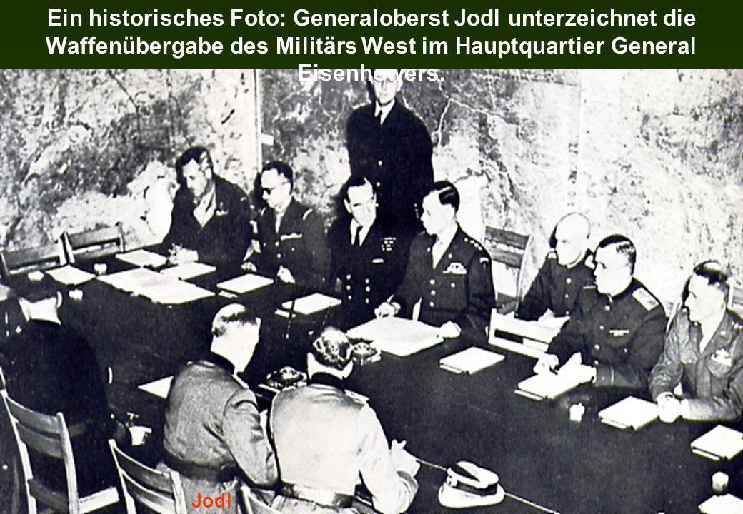 Ein historisches Foto: Generaloberst Jodl unterzeichnet die Waffenübergabe des Militärs West im Hauptquartier General Eisenhowers.