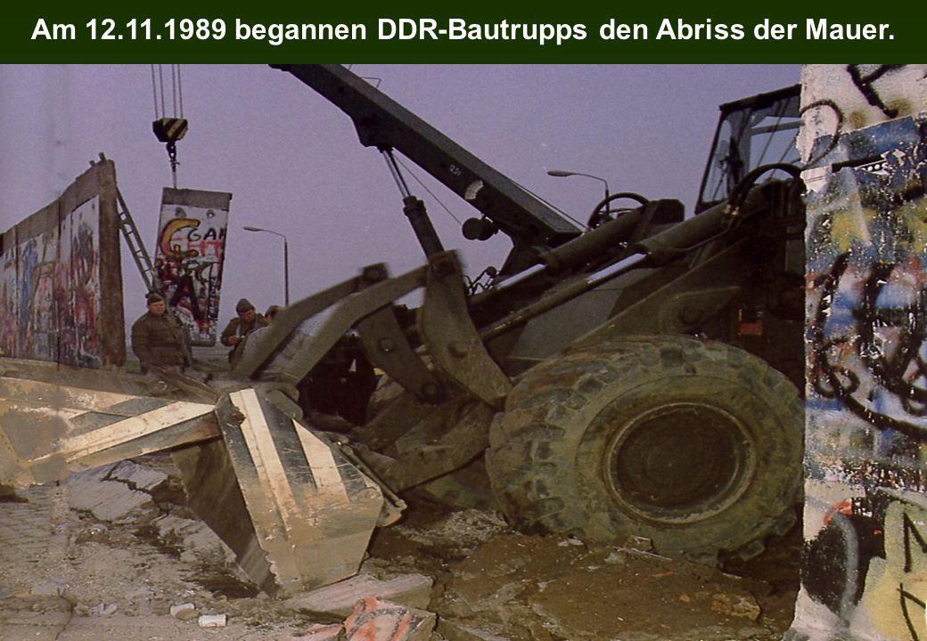 Am 12.11.1989 begannen DDR-Bautrupps den Abriss der Mauer.