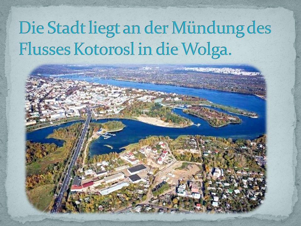 Die Stadt liegt an der Mündung des Flusses Kotorosl in die Wolga.