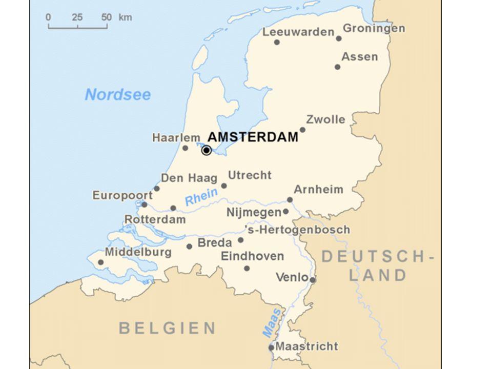 Ungefähr die Hälfte des Landes liegt weniger als einen Meter über, rund ein Viertel des Landes unterhalb des Meeresspiegels (gemessen bei Amsterdam). Die flachen Gebiete werden in der Regel durch Deiche vor Sturmfluten geschützt, die insgesamt eine Länge von ca. 3.000 km haben. Der höchste Punkt des Festlandes, der Vaalserberg im äußersten Süden im Dreiländereck zu Deutschland und Belgien, befindet sich 322,50 m über dem Amsterdamer Pegel. Der höchste Berg des Königreichs ist mit 877 m der Mount Scenery auf der karibischen Insel Saba, der kleinsten bewohnten Insel der Niederländischen Antillen.