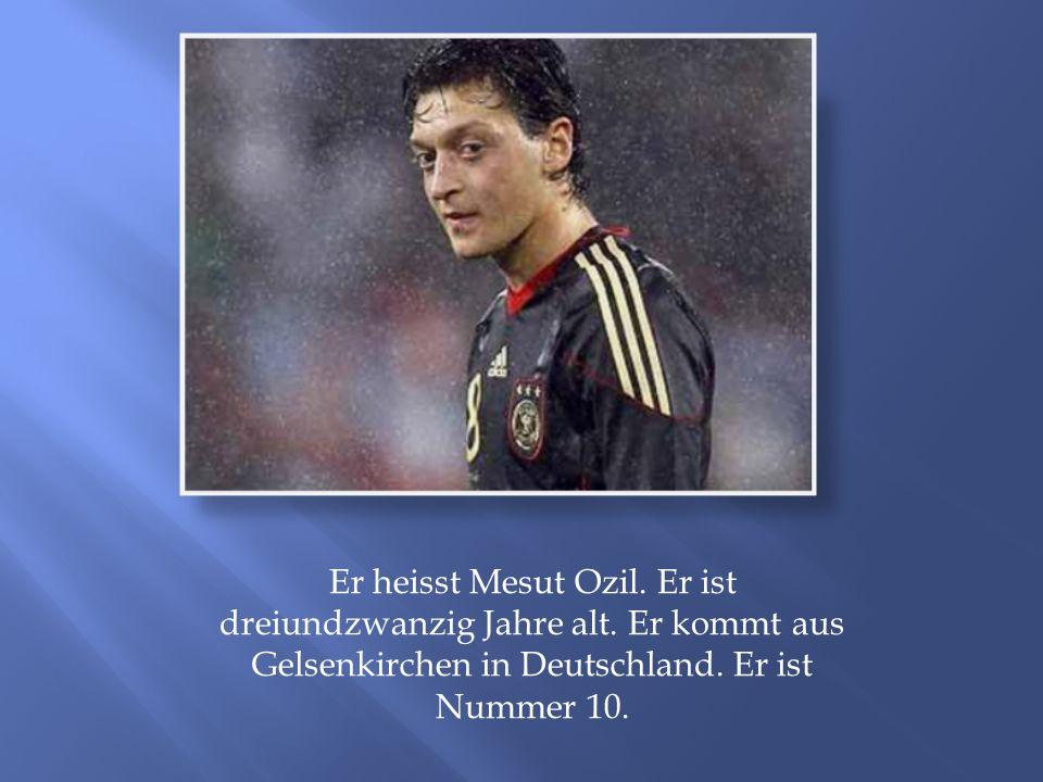 Er heisst Mesut Ozil. Er ist dreiundzwanzig Jahre alt