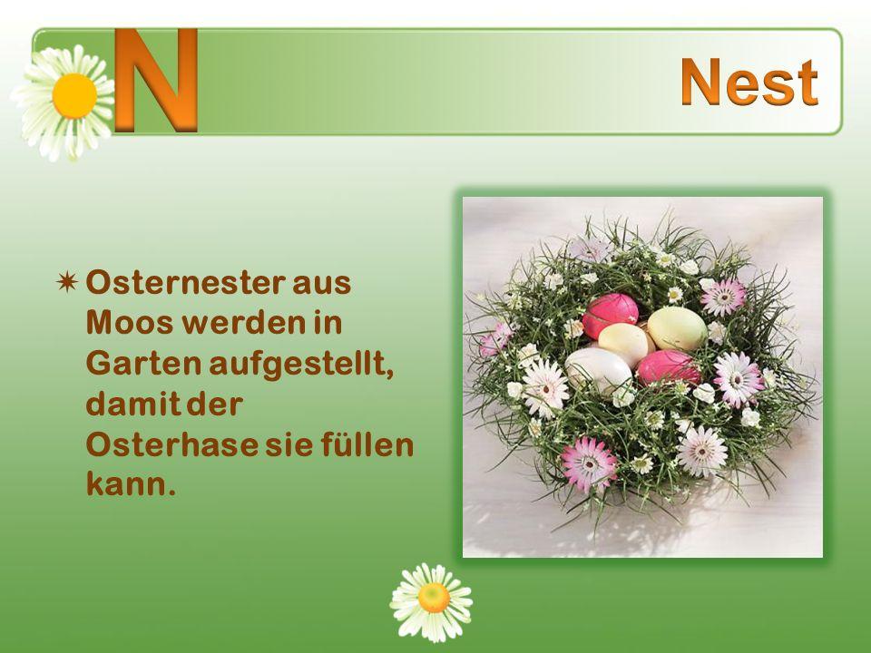 N Nest Osternester aus Moos werden in Garten aufgestellt, damit der Osterhase sie füllen kann.