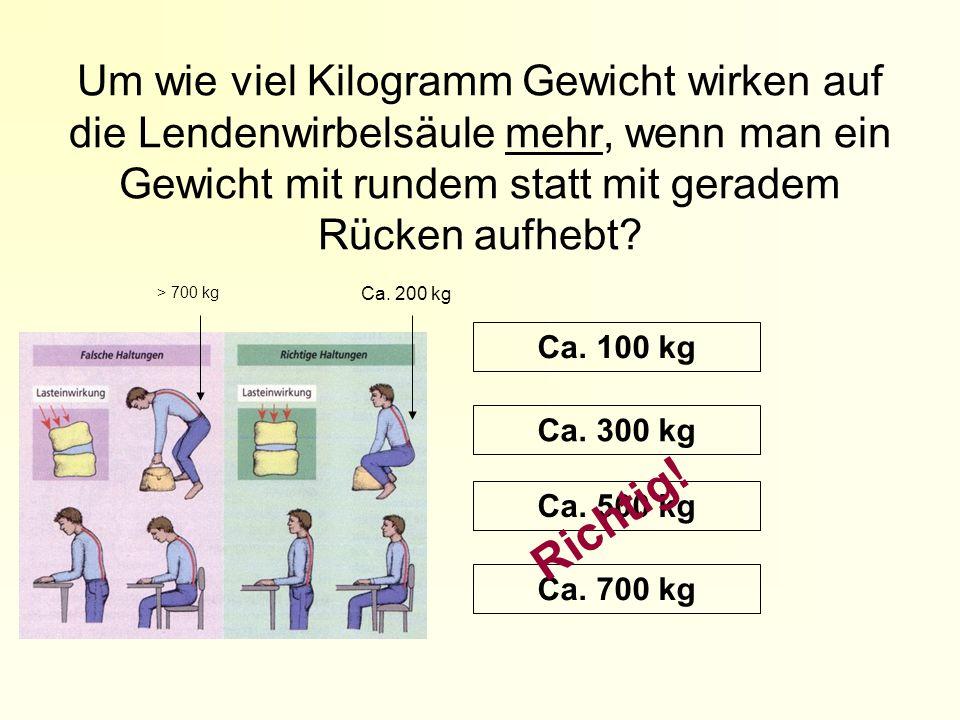 Um wie viel Kilogramm Gewicht wirken auf die Lendenwirbelsäule mehr, wenn man ein Gewicht mit rundem statt mit geradem Rücken aufhebt