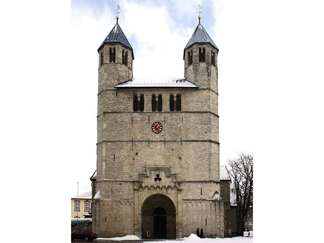 Um 1100 begonnen, 1168 fertigestellt, romanisch mit gotischen Anbauten