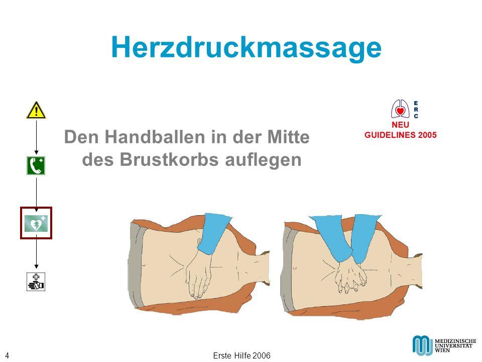 Herzdruckmassage Den Handballen in der Mitte des Brustkorbs auflegen