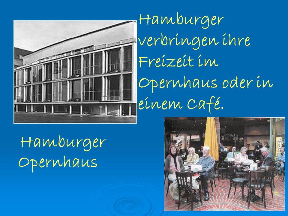 Hamburger verbringen ihre Freizeit im Opernhaus oder in einem Café.