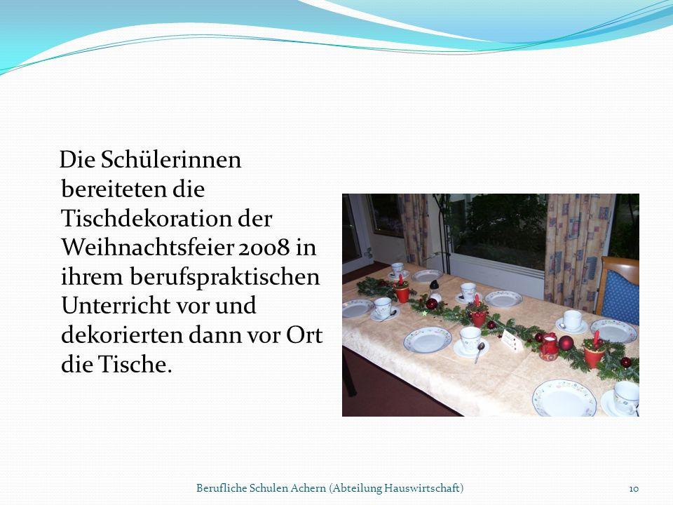 Die Schülerinnen bereiteten die Tischdekoration der Weihnachtsfeier 2008 in ihrem berufspraktischen Unterricht vor und dekorierten dann vor Ort die Tische.