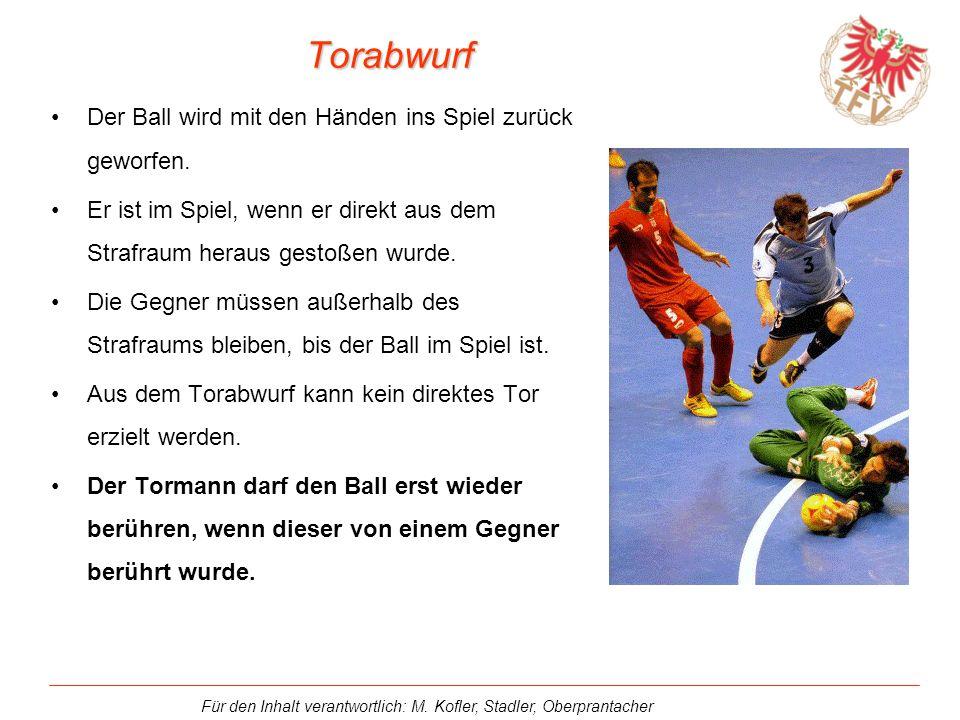 Torabwurf Der Ball wird mit den Händen ins Spiel zurück geworfen.