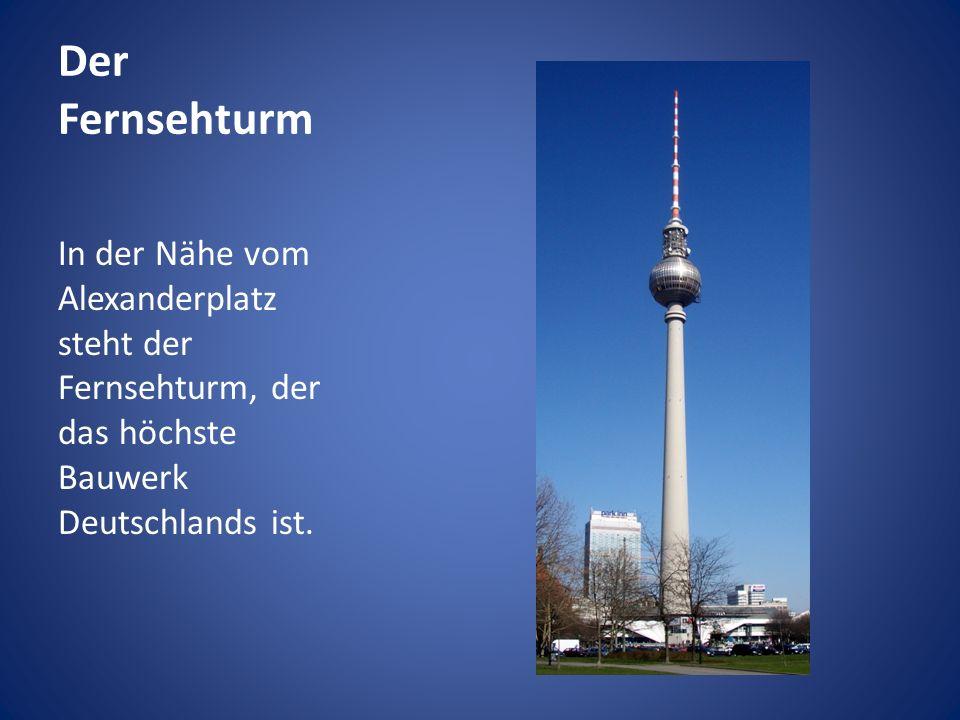 Der Fernsehturm In der Nähe vom Alexanderplatz steht der Fernsehturm, der das höchste Bauwerk Deutschlands ist.