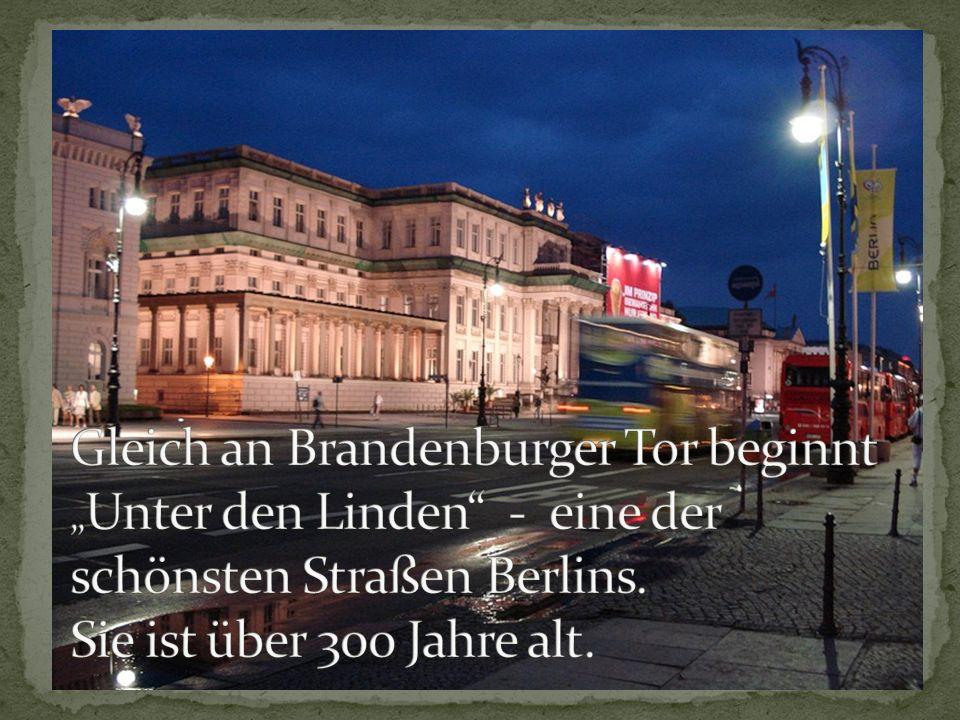 """Gleich an Brandenburger Tor beginnt """"Unter den Linden - eine der schönsten Straßen Berlins."""
