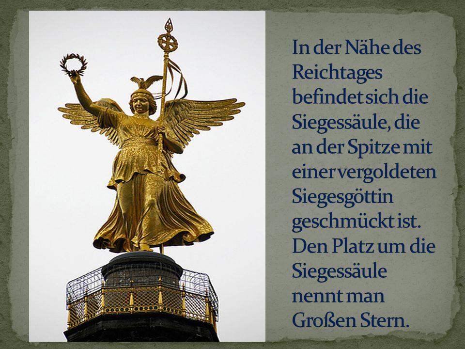 In der Nähe des Reichtages befindet sich die Siegessäule, die an der Spitze mit einer vergoldeten Siegesgöttin geschmückt ist.