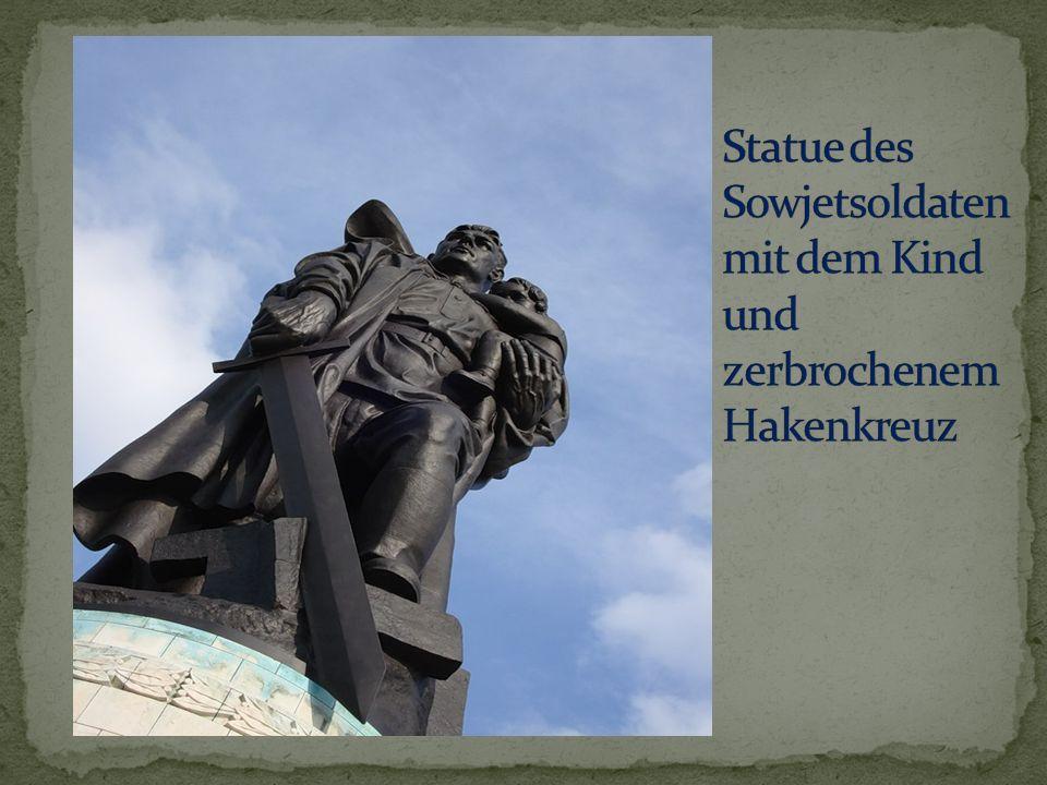 Statue des Sowjetsoldaten mit dem Kind und zerbrochenem Hakenkreuz