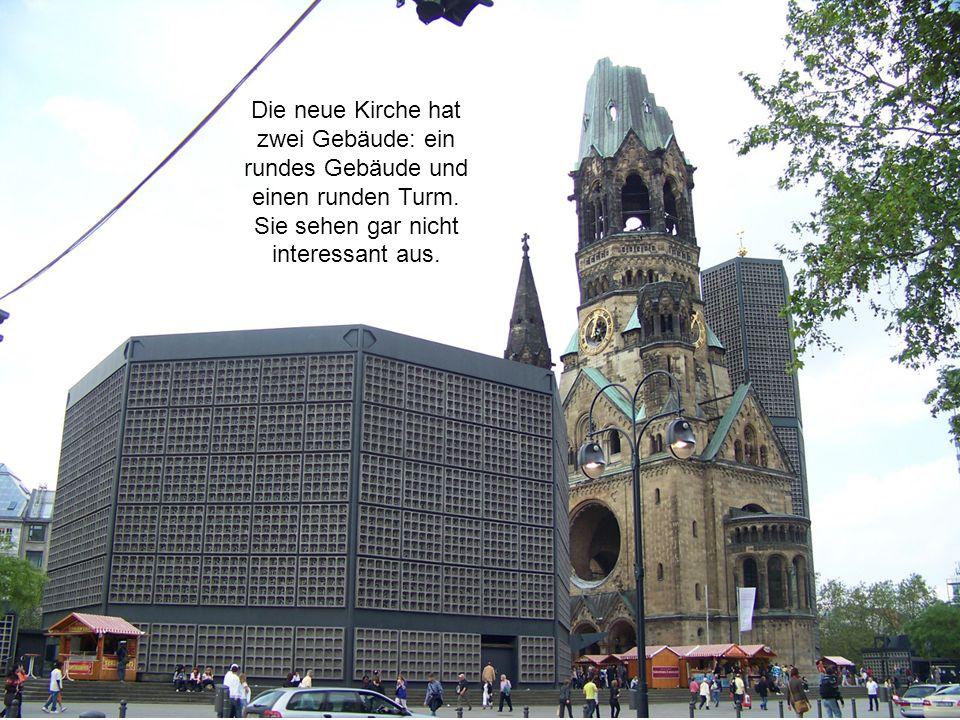 Die neue Kirche hat zwei Gebäude: ein rundes Gebäude und einen runden Turm.
