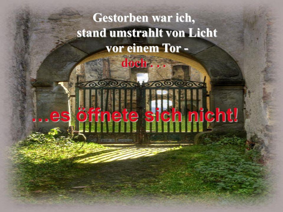 stand umstrahlt von Licht vor einem Tor -