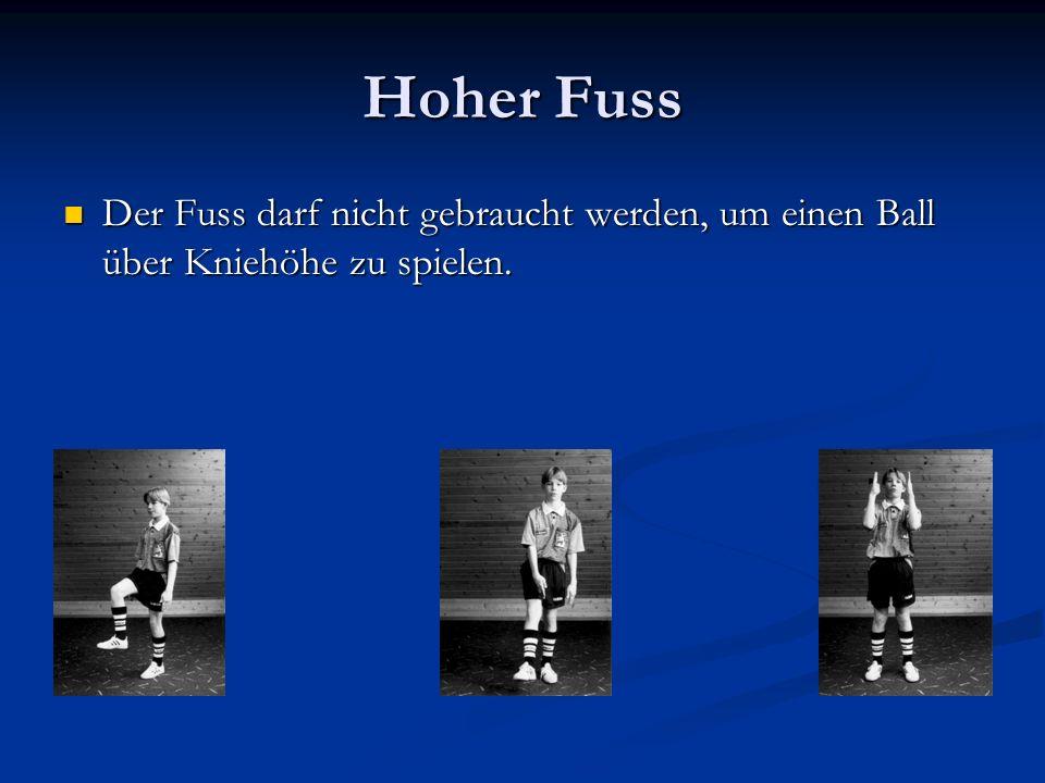 Hoher Fuss Der Fuss darf nicht gebraucht werden, um einen Ball über Kniehöhe zu spielen.