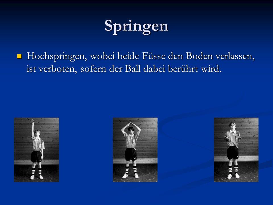 Springen Hochspringen, wobei beide Füsse den Boden verlassen, ist verboten, sofern der Ball dabei berührt wird.