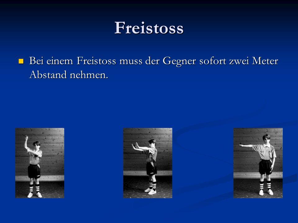 Freistoss Bei einem Freistoss muss der Gegner sofort zwei Meter Abstand nehmen.
