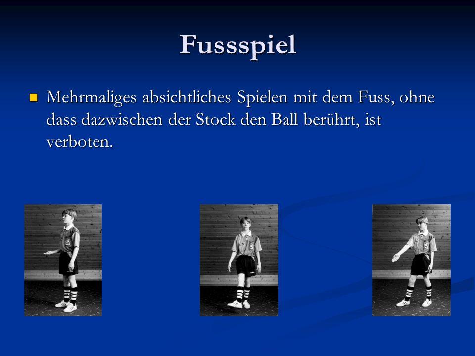 Fussspiel Mehrmaliges absichtliches Spielen mit dem Fuss, ohne dass dazwischen der Stock den Ball berührt, ist verboten.