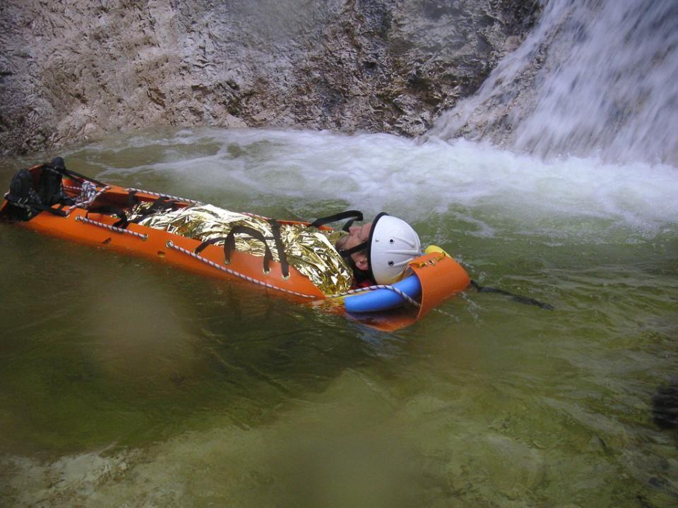 Transportmittel Beispiel: SKED Trage mit aufblasbarer Thermarest Matte