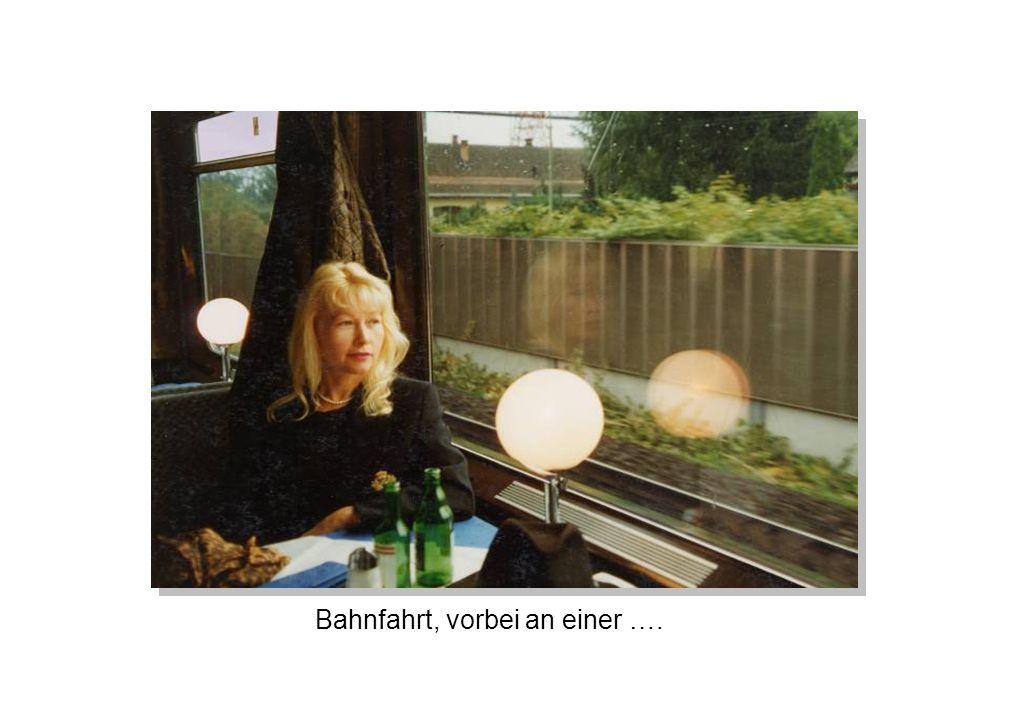 Bahnfahrt, vorbei an einer ….
