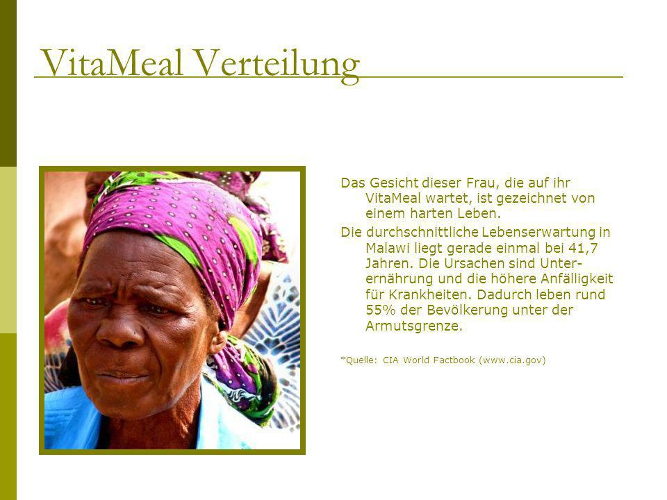 VitaMeal Verteilung Das Gesicht dieser Frau, die auf ihr VitaMeal wartet, ist gezeichnet von einem harten Leben.