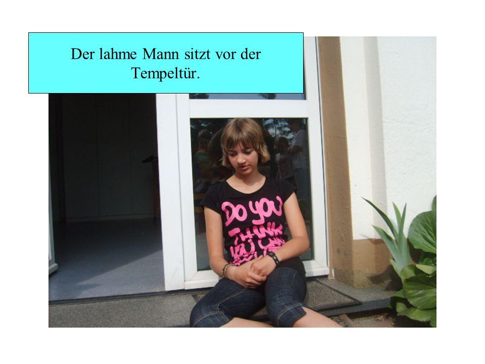 Der lahme Mann sitzt vor der Tempeltür.