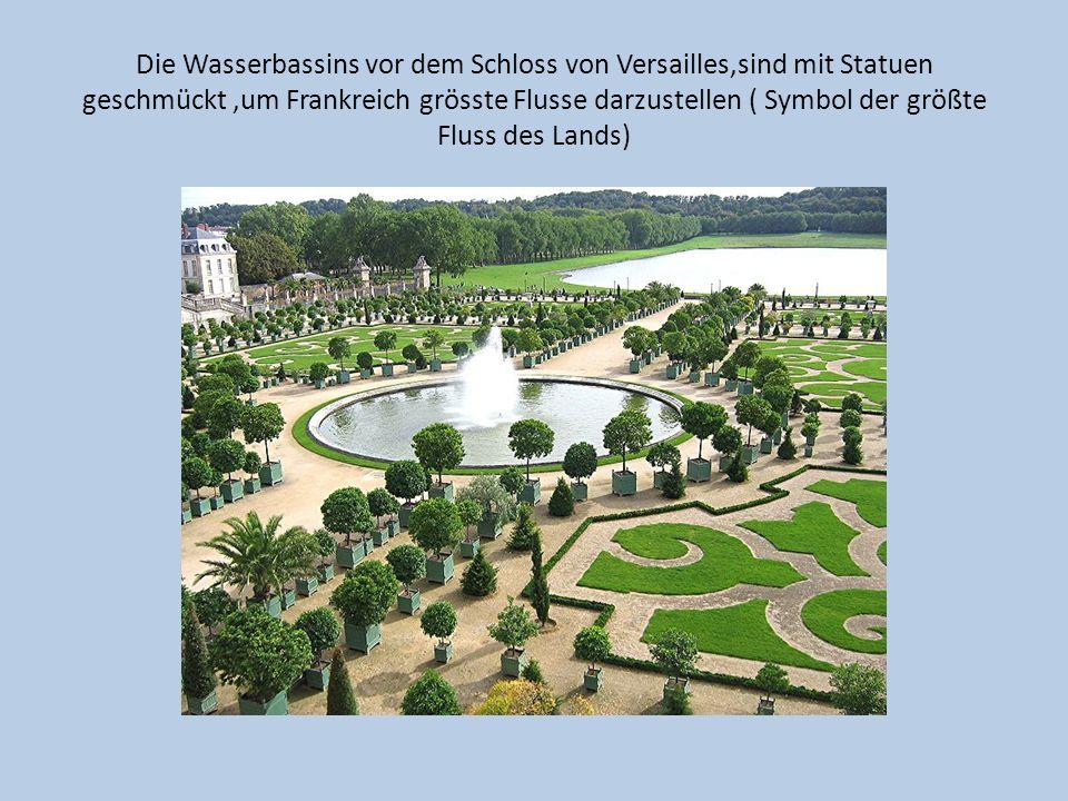 Die Wasserbassins vor dem Schloss von Versailles,sind mit Statuen geschmückt ,um Frankreich grösste Flusse darzustellen ( Symbol der größte Fluss des Lands)
