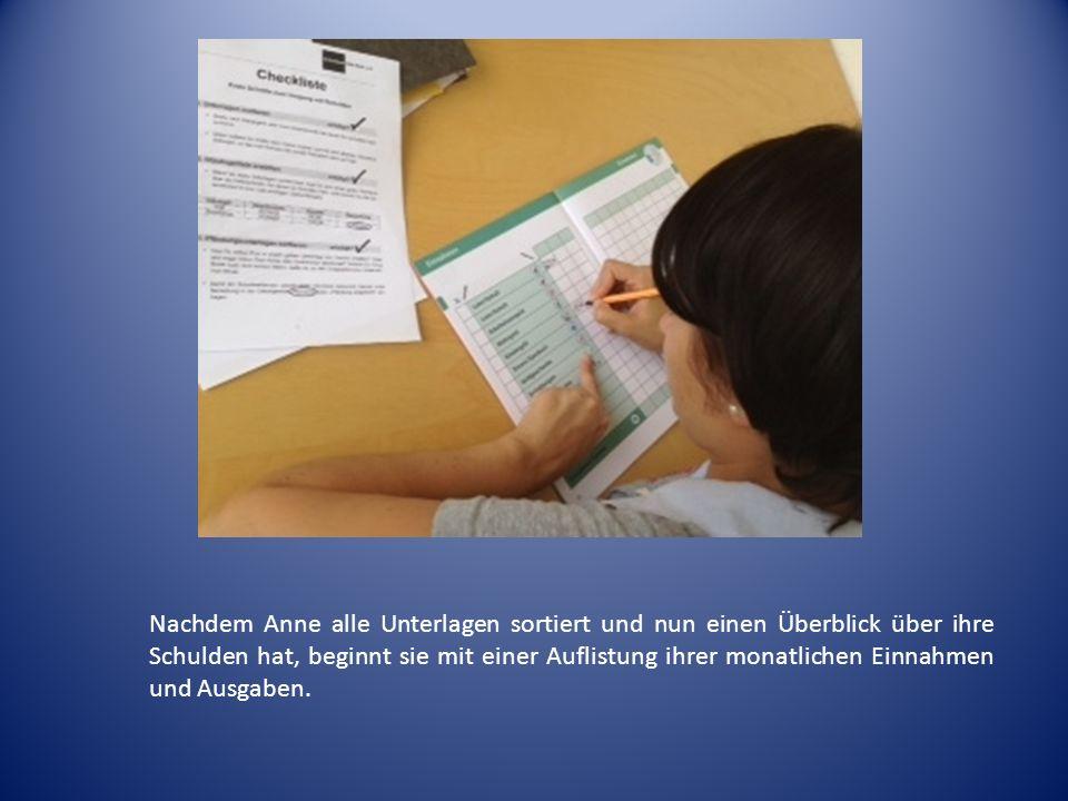 Nachdem Anne alle Unterlagen sortiert und nun einen Überblick über ihre Schulden hat, beginnt sie mit einer Auflistung ihrer monatlichen Einnahmen und Ausgaben.