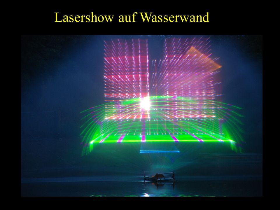 Lasershow auf Wasserwand