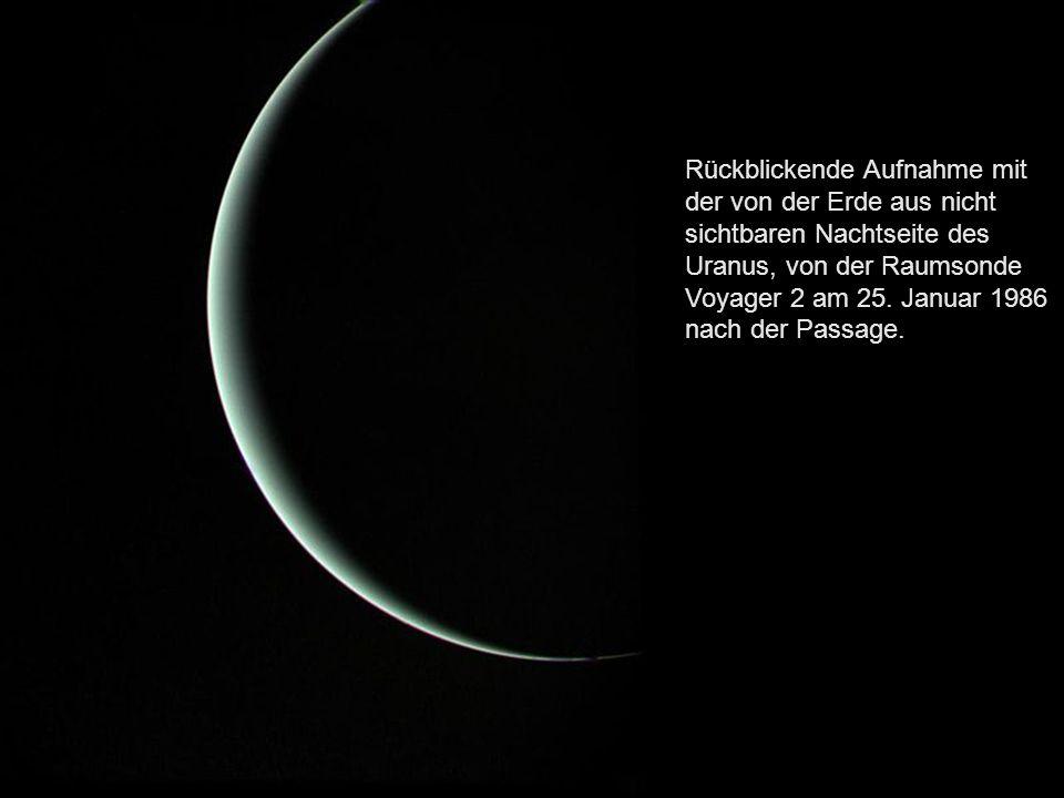 Rückblickende Aufnahme mit der von der Erde aus nicht sichtbaren Nachtseite des Uranus, von der Raumsonde Voyager 2 am 25.