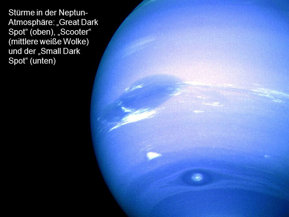 """Stürme in der Neptun-Atmosphäre: """"Great Dark Spot (oben), """"Scooter (mittlere weiße Wolke) und der """"Small Dark Spot (unten)"""